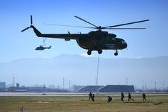 Helikopteru Mi-17 napadu oddziały wojskowi Zdjęcie Stock