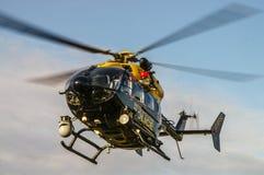 Helikopteru policyjnego Eurocopter EC145 lądowanie zdjęcie royalty free