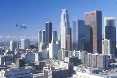 Helikoptervliegen over de nieuwe horizon van Los Angeles, Los Angeles, Californië stock afbeeldingen