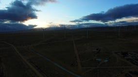 Helikoptervlucht over gebied met windmolens die macht produceren stock videobeelden