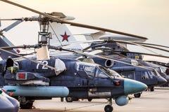 Helikoptery i samoloty w rzędzie obraz stock