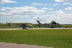 Helikoptrar Mi-8 och Mi-26 Royaltyfria Bilder