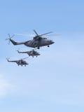 Helikoptrar Mi-26 och Mi-8 Royaltyfri Foto