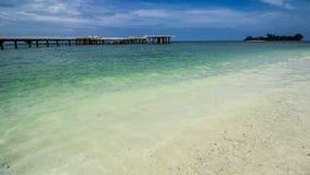 Helipad στην τροπική παραλία, σαφές θαλάσσιο νερό στοκ εικόνες