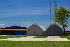 Helipaden nära en hangar Royaltyfri Foto