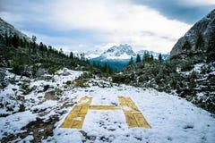 Helipuerto amarillo con Mountain View Foto de archivo libre de regalías