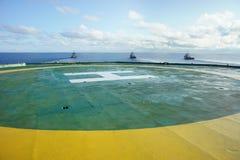 Helipuerto del aparejo de perforación petrolífera en el mar mientras que movimiento del aparejo Foto de archivo