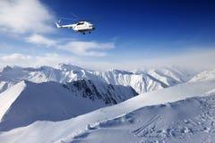 Heliski στα χιονώδη βουνά Στοκ Εικόνες