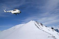 Heliski i snöig berg Arkivfoto