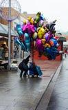 Heliumballongsäljare på storgatan Royaltyfri Bild