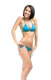 Hellång stående av den bärande bikinin för dam arkivfoton