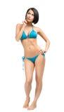 Hellång stående av den bärande bikinin för kvinna royaltyfri fotografi