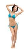 Hellång stående av den bärande bikinin för ung flicka arkivfoto