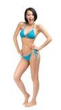 Hellång stående av den nätta kvinnliga bärande bikinin royaltyfri fotografi