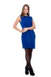 Hellång stående av den unga härliga le flickan i en blått D arkivfoton