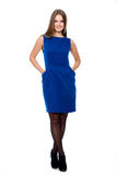 Hellång stående av den unga härliga le flickan i en blått D royaltyfri fotografi
