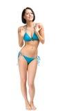Hellång stående av den unga kvinnliga bärande bikinin arkivbild