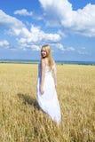 Hellång stående av en härlig ung flicka i en vit klänning arkivbilder