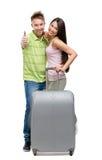 Hellång stående av par med resväskan arkivbild