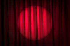 Hell beleuchtete Trennvorhänge - Theaterkonzept Lizenzfreie Stockfotos
