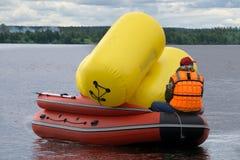 Hell beleuchtetes Boot mit Flügeln mit Bojen und Mann lizenzfreie stockfotos