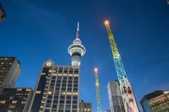 Hell belichteter Himmel-Turm und farbiges Antennensteigen skywar Lizenzfreies Stockfoto