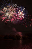 Hell bunte Feuerwerke und Gruß von verschiedenen Farben in Lizenzfreies Stockfoto