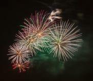 Hell bunte Feuerwerke und Gruß von verschiedenen Farben in Lizenzfreies Stockbild