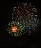 Hell bunte Feuerwerke und Gruß von verschiedenen Farben in Stockbilder