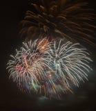 Hell bunte Feuerwerke und Gruß von verschiedenen Farben in Lizenzfreie Stockbilder