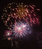 Hell bunte Feuerwerke und Gruß von verschiedenen Farben in Stockfoto