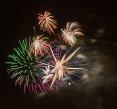 Hell bunte Feuerwerke und Gruß von verschiedenen Farben in Stockbild