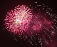 Hell bunte Feuerwerke und Gruß von verschiedenen Farben in Stockfotos