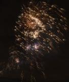 Hell bunte Feuerwerke und Gruß von verschiedenen Farben in Lizenzfreie Stockfotografie