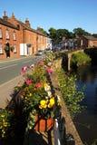 Hell farbige Blumenkörbe im recht englischen Blumendorf von Croston Lizenzfreies Stockfoto