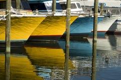 Hell farbige Boote und Reflexionen Stockfoto