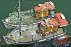 Hell farbige Fischerboote im Ufergegendbereich von Cape Town, Südafrika Lizenzfreie Stockfotos