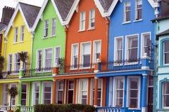 Hell farbige Häuser Stockfotografie