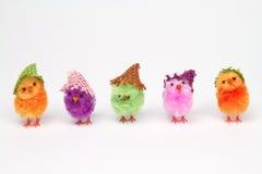 Hell farbige Hühner in einer Reihe Stockfotos