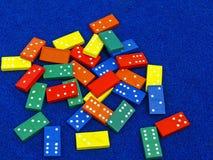 Hell farbige Spielzeugdominos Stockbild