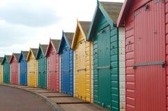 Hell farbige Strandhütten Stockfotos