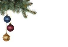 Hell farbige Weihnachtsbälle, die vom Weihnachtsbaum hängen Lizenzfreie Stockbilder