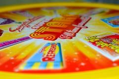 Hell farbiger Zinndeckel von Swizzels-Bonbons nahaufnahme Stockfotos
