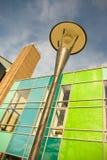 Hell farbiges modernes Gebäude und Straßenbeleuchtung Lizenzfreies Stockfoto