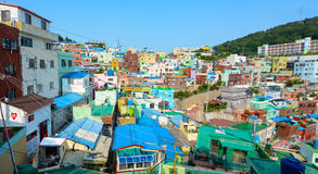 Hell gemalte Häuser auf einem Hügel in Gamcheon züchten Dorf in Busan, Südkorea Stockfotografie
