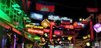 Hell verziert mit Flaggen und touristischer Stra?e der Girlanden, Kambodscha-Flaggen, dekorativ lizenzfreie stockfotos