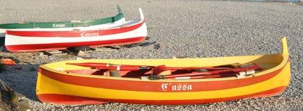 Hell verzierte Reihenboote auf dem Strand bei Ventimiglia Stockbilder