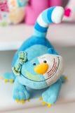 Hellblau, dunkelblau, gelb, färbte Weiß Spielzeugkatze Lizenzfreie Stockfotos