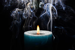 Hellblaue brennende Kerze stockbilder