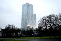 Hellblaue Farbe des Wolkenkratzers lizenzfreies stockbild